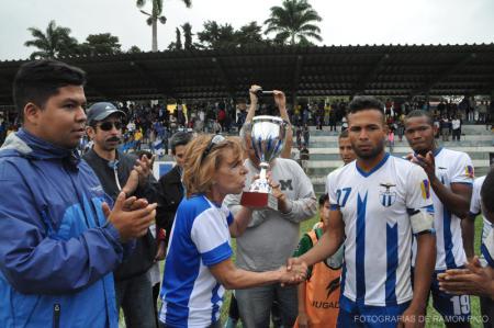 El Director de Deportes acompañó a la profesora Dulce Monagas (Corpoula) y al presidente de la FCU, Jorge Arellano, en la entrega de la Copa 232 años de la ULA a los ganadores en el Estadio Ulpiano Cobos de Campo de Oro. (Foto: Ramón Pico)