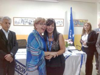 Entrega de reconocimiento a la profesora Elisa Bigi por sus altos méritos académicos, acompañada de la profesora Doris Pernía en representación de las autoridades